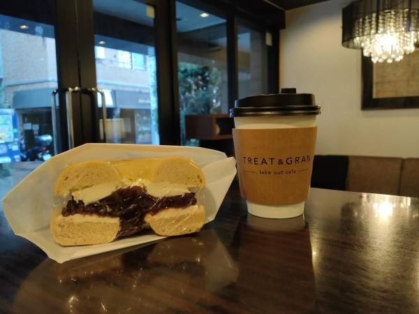 あずきクリームチーズベーグルとカフェラテ
